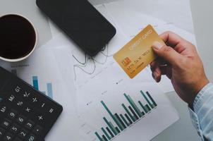 mão segurando cartão de crédito