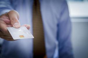 homem dando cartão de crédito