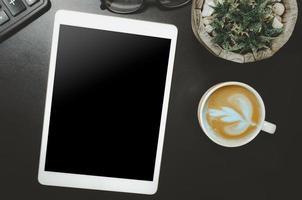 vista superior do tablet e xícara de café na mesa
