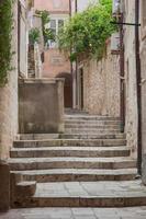 escada de rua de pedra vazia na cidade velha de dubrovnik, na Croácia. foto