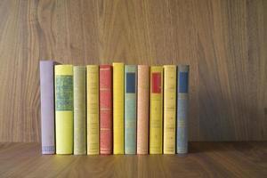 fila de livros foto