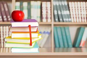 livro, maçã, de volta à escola