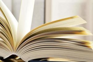 composição com livros de capa dura na biblioteca foto