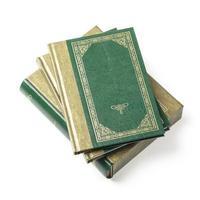 pilha verde de livros e capas de livros foto