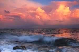 pôr do sol tempestuoso em um mar tropical foto