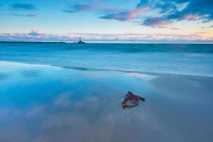 bela vista do mar com a costa do mar Báltico foto