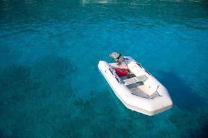 fundo do mar turquesa e barco macio