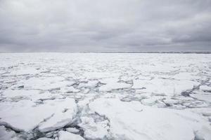 icebergs flutuando no mar do japão, hokkaido, japão