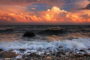 pôr do sol tempestuoso no mar foto