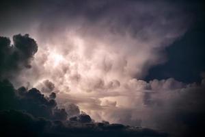 nuvens de tempestade sobre o mar