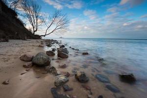 bela costa rochosa ao nascer do sol ou pôr do sol. foto