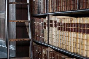 biblioteca com livros antigos