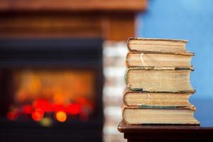 livros antigos sobre a mesa