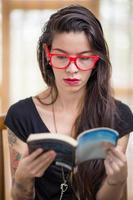 mulher de cabelo escuro lendo livro