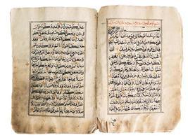 livro Alcorão antigo sobre fundo branco