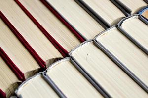 fundo vermelho e cinza da estante de livros