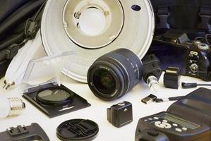 a lente é cercada por outro equipamento para tirar fotos