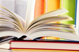 composição com livros de capa dura na biblioteca