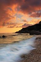 pôr do sol na praia do mar foto