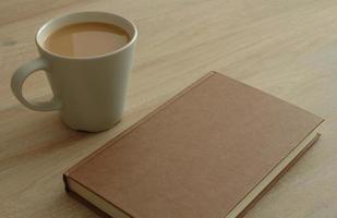 livro e café na mesa foto