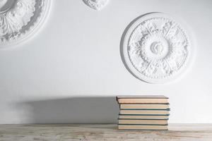 livros em uma prateleira branca foto