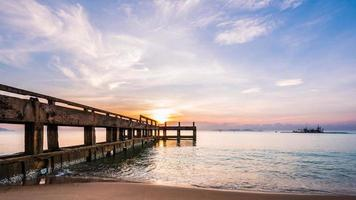 ponte de cimento para o mar foto