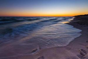 lindo pôr do sol sobre o mar Báltico foto
