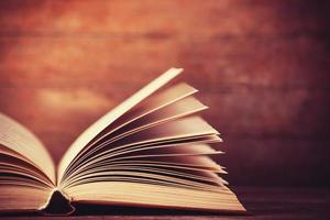 livro aberto com tons antigos foto