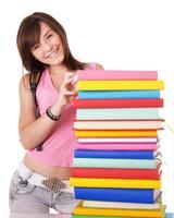 menina com livro colorido pilha.
