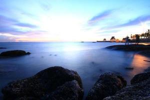 longa exposição de mar e rochas