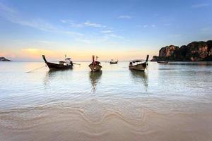 praia de railay, krabi, mar de andaman, tailândia foto