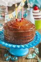 bolo de chocolate de aniversário foto