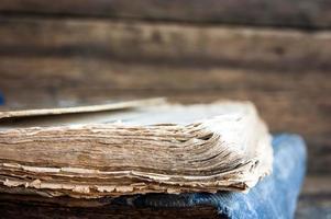 livros antigos em um fundo de madeira