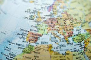 mapa da europa e um pouco da áfrica com manchas desfocadas foto