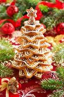 árvore de biscoitos de gengibre em uma mesa festiva.