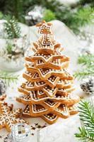 árvore de biscoitos de gengibre em uma mesa festiva. foto