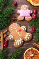 biscoitos de gengibre em cenário de natal foto