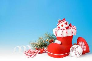 bota de papai noel e doces de natal foto