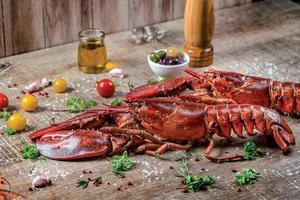 lagostas de frutos do mar. lindas lagostas grandes do mar frescas. delicioso foto