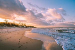 pôr do sol no mar Báltico foto