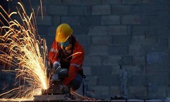 técnico usando plataforma de corte de fibra para cortar aço