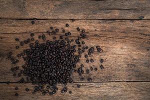 grãos de café na mesa, vista de cima foto