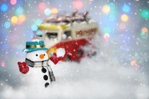 um boneco de neve brincando no fundo do bokeh