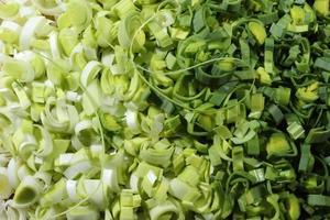 alho-poró em fatias finas de branco para verde