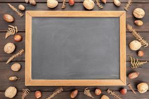 quadro-negro em branco na mesa de madeira rústica