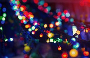 iluminação de natal colorida na rua da cidade, foto de close-up