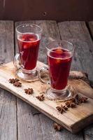 vinho quente na placa de madeira e mesa antiga
