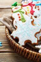 deliciosos biscoitos de gengibre em uma cesta de vime