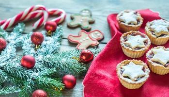 decorado galho de árvore de natal com pastel de natal foto