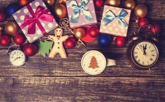 xícara de café com creme de árvore de natal foto